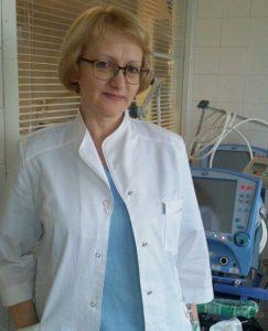 Biały kitel Krystyna włożyła przed 32 laty i nigdy nie żałowała swej decyzji w wyborze zawodu Fot. z albumu rodzinnego