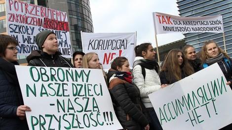 Przed gmachem samorządu miasta Wilna odbył się wiec w obronie szkół mniejszości narodowych, w którym udział wzięło około 1 000 osób Fot. Marian Paluszkiewicz