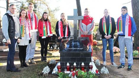 """Pomnikiem katyńskim w Rudnikach opiekuje się młodzież z Towarzystwa Gimnastycznego """"Sokół"""" Fot. archiwum"""
