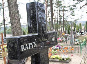 Fragment granitowego pomnika katyńskiego w Rudnikach Fot. Marian Paluszkiewicz
