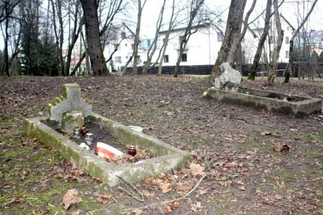 Groby polskich żołnierzy na dawnym garnizonowym cmentarzu w Nowej Wilejce Fot. Waldemar Szełkowski