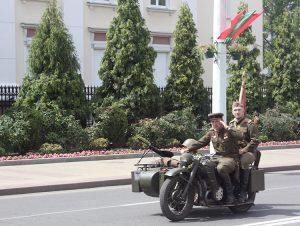 W paradzie dawnych aut w Brześciu udział brali również rekonstruktorzy Armii Czerwonej, z ogromnym zdziwieniem przyglądali się naszym furażerkom z orzełkami