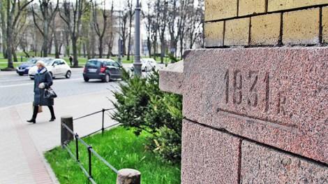Wyryta linia oraz data przypominają o powodzi w kwietniu 1931 roku Fot. Marian Paluszkiewicz