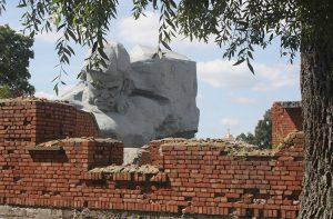 Przerażające swą gigantycznością i wymową rzeźby żołnierzy radzieckich wyrazem twarzy ukazują cierpienie i upór