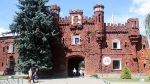 Symbolem walk o twierdzę uważa się poszczerbioną kulami dziewiętnastowieczną Bramę Chełmską. Do 1939 r. umieszczony na niej był Orzeł Biały