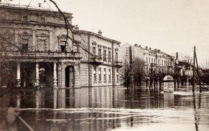 Makieta pomnika Adama Mickiewicza została zniszczona podczas powodzi Fot.  archiwum