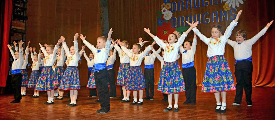 """Na scenie widzowie mogli podziwiać występy zespołów """"Ugnelė"""", """"Pynimėlis"""", """"Viltis"""", """"Aukštaitukas"""", """"Vieversa"""", """"Šėltinis"""", a także miejscowej """"Perły"""".Fot. autor"""