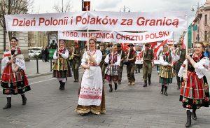W polskich strojach ludowych paradowały zespoły folklorystyczne Fot. Marian Paluszkiewicz