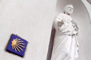 Znaczek w postaci muszli i żółtych strzałek wyznacza szlak pielgrzymkowy do Santiago de Compostela Fot. Marian Paluszkiewicz
