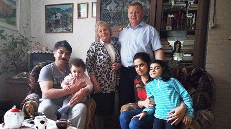 Rodzina Yassera Alany ze starostą Czarnego Boru i z nauczycielką języka angielskiego Fot. Honorata Adamowicz