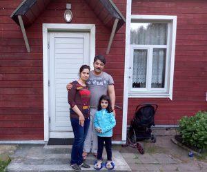Uchodźcy z Iraku przy domku w którym obecnie mieszkają Fot. Honorata Adamowicz