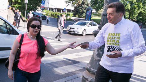 Premier Algirdas Butkevičius wziął udział w akcji, w ramach której rozdawał mieszkańcom ulotki z informacją, w jaki sposób każdy obywatel może dołożyć starań do zmniejszania szarej strefy w kraju Fot. Marian Paluszkiewicz