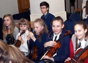 Młodzi artyści w oczekiwaniu na swój występ Fot. Jerzy Karpowicz