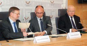 Memorandum o współpracy w zwalczaniu kupowania głosów podpisali Juozas Bernatonis, Tomas Žilinskas oraz Zenonas Vaigauskas Fot. ELTA