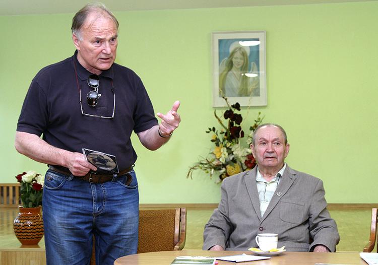 Andrzej Leszewski (od lewej) jest redaktorem wspomnień Aleksandra Dowgiałły-Wierbila Fot. Marian Paluszkiewicz