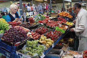 Na wileńskim targu można przebierać i próbować do woli w rozmaitości owoców       Fot. Marian Paluszkiewicz