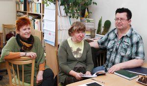 Kadra profesorska ma zawsze sporo do omówienia: od lewej doc. dr Barbara Dwilewicz, doc. dr Halina Turkiewicz, prof. dr Andrzej Baranow Fot. Marian Paluszkiewicz