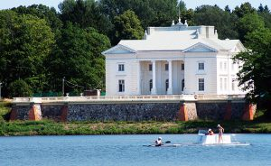 Odrestaurowany i udostępniony zwiedzającym pałac w Zatroczu przyciąga turystów z całego świata