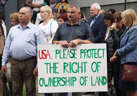 Przedstawiciele mniejszości narodowych już po raz drugi wzywali o obronę swoich praw przed gmachem ambasady USA Fot. Marian Paluszkiewicz