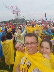 Deszcz przestał padać na początku uroczystości otwierającej ŚDM. Pielgrzymi wchodzili na Błonia w kolorowych pelerynach, a biskupi — pod parasolami Fot. Daniel Narkun/Facebook