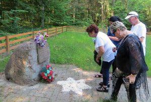 Rodziny Varejesów i Kruminis-Łozowskich oddały hołd przy zbiorowej mogile pomordowanych Żydów w lesie w Lenkiszkach Fot. Anna Pieszko