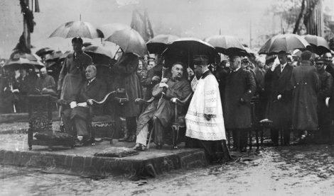 Józef Piłsudski podczas uroczystości koronacji obrazu Matki Bożej Ostrobramskiej w Wilnie, 02.07.1927 Fot. z Narodowego Archiwum Cyfrowego