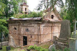 Zabytkowa kaplica Zawiszów popada w skrajną ruinę