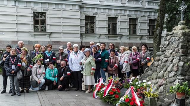 Od złożenia kwiatów przy pomniku na ulicy Ofiarnej w Wilnie i zwiedzenia Muzeum Ofiar Ludobójstwa członkowie Stowarzyszenia Rodzina Ponarska z Polski rozpoczęli obchody Dnia Ponarskiego Fot. Marian Paluszkiewicz