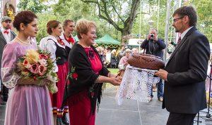 Mer samorządu rejonu wileńskiego Maria Rekść podkreślała, że dożynki są wyrazem podziękowania za tegoroczne plony Fot. Marian Paluszkiewicz