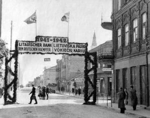 Brama powitalna z podziękowaniem od narodu litewskiego dla niemieckich żołnierzy — rok 1942 Fot. archiwum