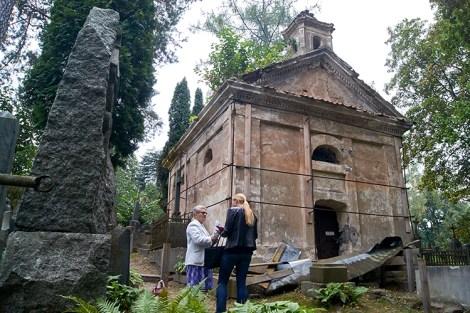 Kaplicę Zawiszów otoczono metalową konstrukcją — jednak prace restauratorskie nie są kontynuowane Fot. Marian Paluszkiewicz