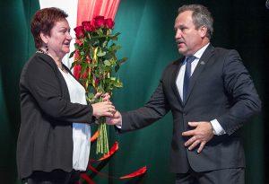 Mer Šilutė Vytautas Laurinaitis powitał zespół i złożył gratulacje z okazji pięknego jubileuszu prezes szyluckiego oddziału ZPL Alinie Judžentienė Fot. Marian Paluszkiewicz