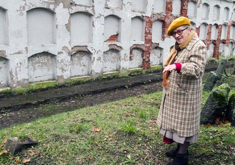 Jadwiga Pietkiewicz pokazuje miejsce, w którym w czasach sowieckich zostały zakopane prochy wyrzucone z kolumbariów Fot. Marian Paluszkiewicz
