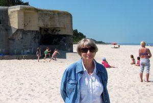 Teresa Gumowska-Kacmajor na Helu, na tle bunkrów obronnych z czasu wojny Fot. archiwum rodzinne Teresy Gumowskiej-Kacmajor
