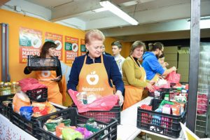 Głowa państwa wraz z wolontariuszami pakowała pierwsze paczki z produktami Fot. president.lt