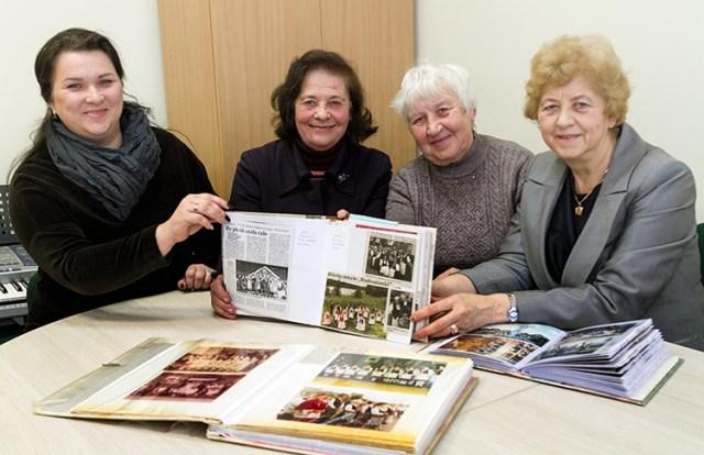 Helena Swatkowska (trzecia od lewej) od samego początku istnienia zespołu prowadzi kronikę Fot. Marian Paluszkiewicz