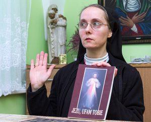 Siostra Patrycja podkreśla, że obraz wileński jest pełen głębokiej symboliki Fot. Marian Paluszkiewicz