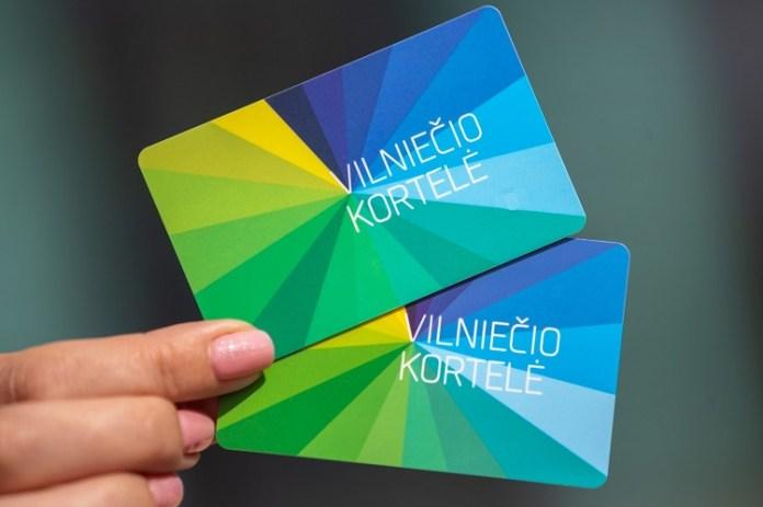 Dłoń trzymająca dwie karty uprawniające do przejazdu komunikacją miejską w Wilnie