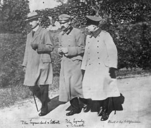 Józef Piłsudski, Kazimierz Sosnkowski i oficer armii niemieckiej w czasie spaceru na terenie twierdzy w Magdeburgu, druga połowa 1918 r.