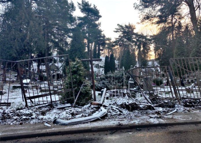 Kolejny samochód wjechał w Rossę — zniszczony płot i ważne nagrobki