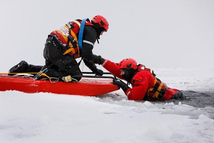 Strażacy-ratownicy ostrzegają: ostrożnie na lodzie!