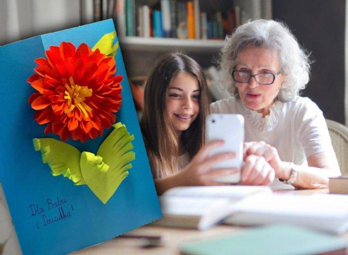 Wnuczka robi smartfonem selfie ze swoją babcią, pocztówka na Dzień Babci.