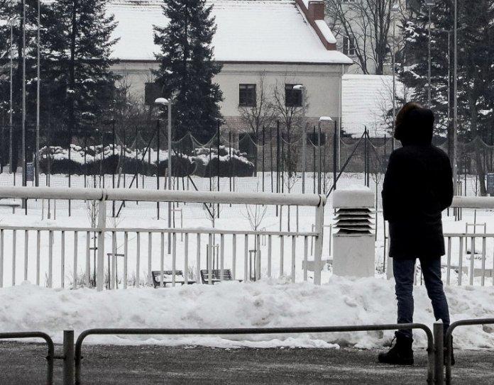 Mniej obostrzeń: niektórzy uczniowie wrócą do szkół, osoby samotne mogą obcować