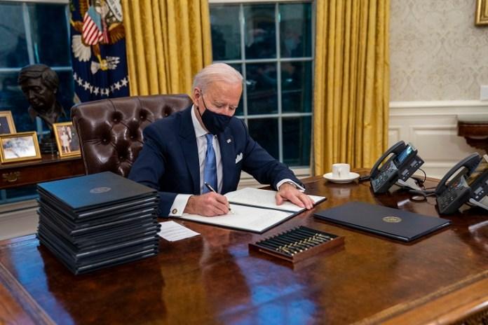 46. Prezydent USA, Joe Biden, podpisuje zarządzenie o ponownym przyłączeniu Stanów Zjednoczonych do paryskiego porozumienia klimatycznego