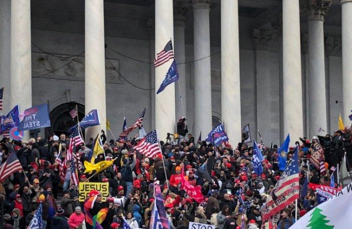 USA: tłum wdarł się do Kapitolu, zastrzelono kobietę. Do stolicy wezwano Gwardię Narodową