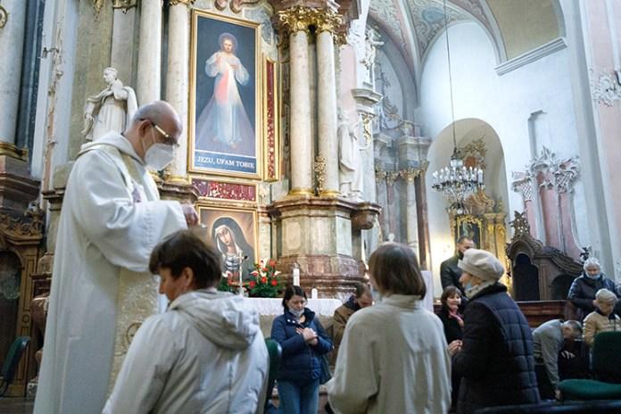 W kościołach wznowiono nabożeństwa z udziałem wiernych