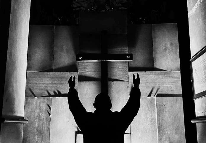 Sylwetka księdza na tle Ściany Płaczu