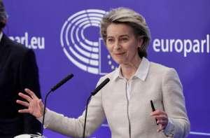 Ursula von der Leyen stoi i uśmiecha się wystawiwszy ręce