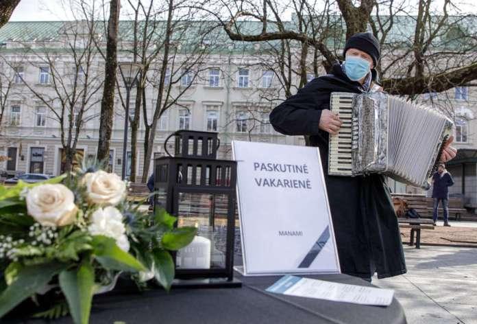 Pan gra na akordeonie w Wilnie opłakując śmierć drobnego biznesu. I średniego też.