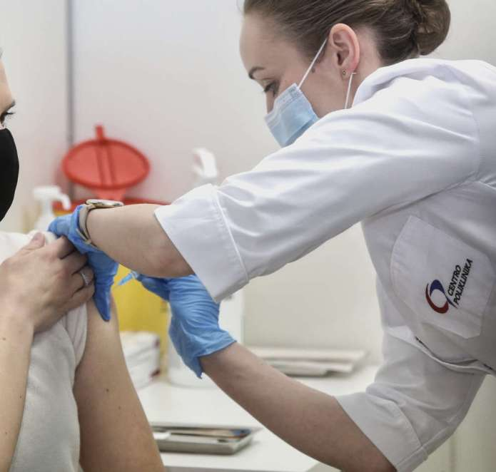 Nowe priorytety szczepień. Pod igłę pójdą nauczyciele, uczniowie, merowie